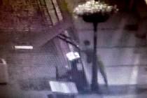 Muž převrací piáno v centru Loun na záznamu z kamerového systému města.