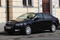 Nový služební vůz před postoloprtskou radnicí.