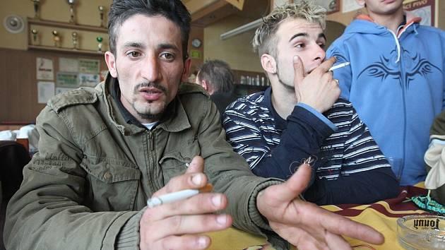 Po ošetření odešli z nemocnice Norbert Lakatoš (vlevo) i Ladislav Uhlík, který prý utrpěl otřes mozku.