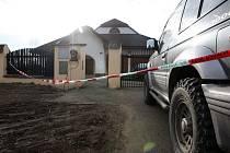 Dům, obehnaný policejní páskou.