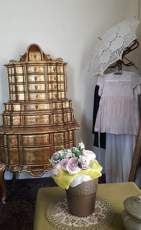 Návštěvníci zámku ve Stekníku si budou moci prohlédnout zlacený tabernákl, pocházející zpozůstalosti operní pěvkyně Berty Zuzákové, který zámku zapůjčila rodina Gabrielových zPrahy.
