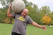Václav Mareš, silák a mistr světa z Loun. Na rameni má stokilovou betonovou kouli, s níž trénuje.