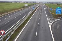 Dálnice D7 nyní končí u Bitozevsi. Dál na Louny a Slaný čtyřproudová komunikace chybí, úsek k Postoloprtům se má ale začít stavět už letos.
