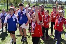 Žáci ZŠ Prokopa Holého v Lounech se radují z vítězství v okresním kole a postupu do krajského kola.