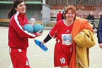 Spokojené Lucie Vlčková (vlevo) a Renata Jurkovičová odcházejí do šatny po konci zápasu.