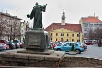 Pomník Jana Husa na lounském Mírovém náměstí. Archivní snímek