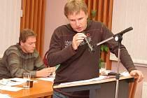 Leo Peterka a Karel Podhola (vzadu) na jednání podbořanského zastupitelstva.