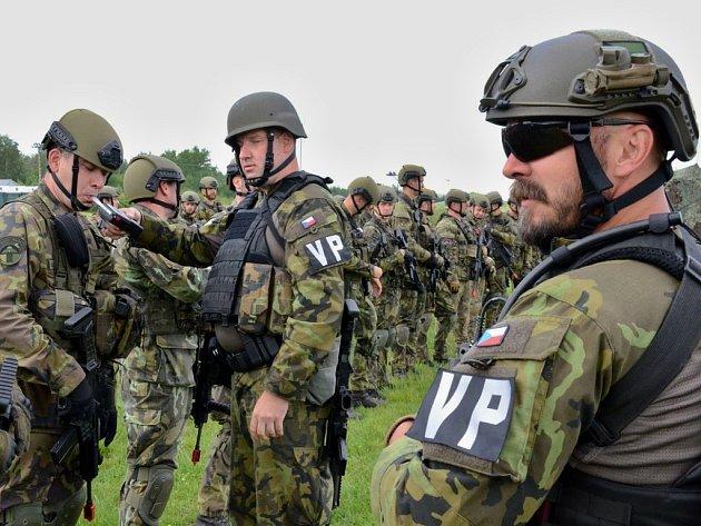 Vojáci cvičí na Doupově. Součástí je i výcvik vojenské policie, která mimo jiné v rámci svých pravomocí kontroluje, zda vojáci nepožili alkohol.