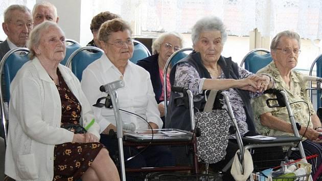 Obyvatelé Domova pro seniory U Pramene Louny.