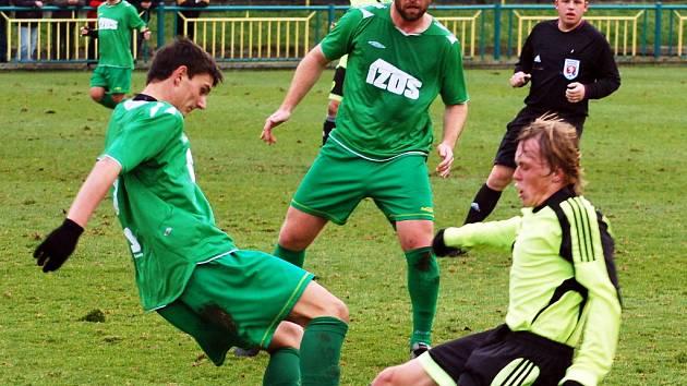 Hráči Žatce (v zeleném) mohutně útočí na branku Lovosic, ale gól v tomto utkání nepadl.