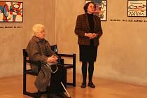 Výstavu zahájila ředitelka galerie Alica Štefančíková (vpravo) spolu s manželkou V. Mirvalda Věrou.