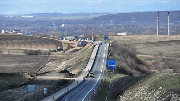 Práce na výstavbě dálnice D7 Praha - Chomutov u Loun. Ilustrační foto.