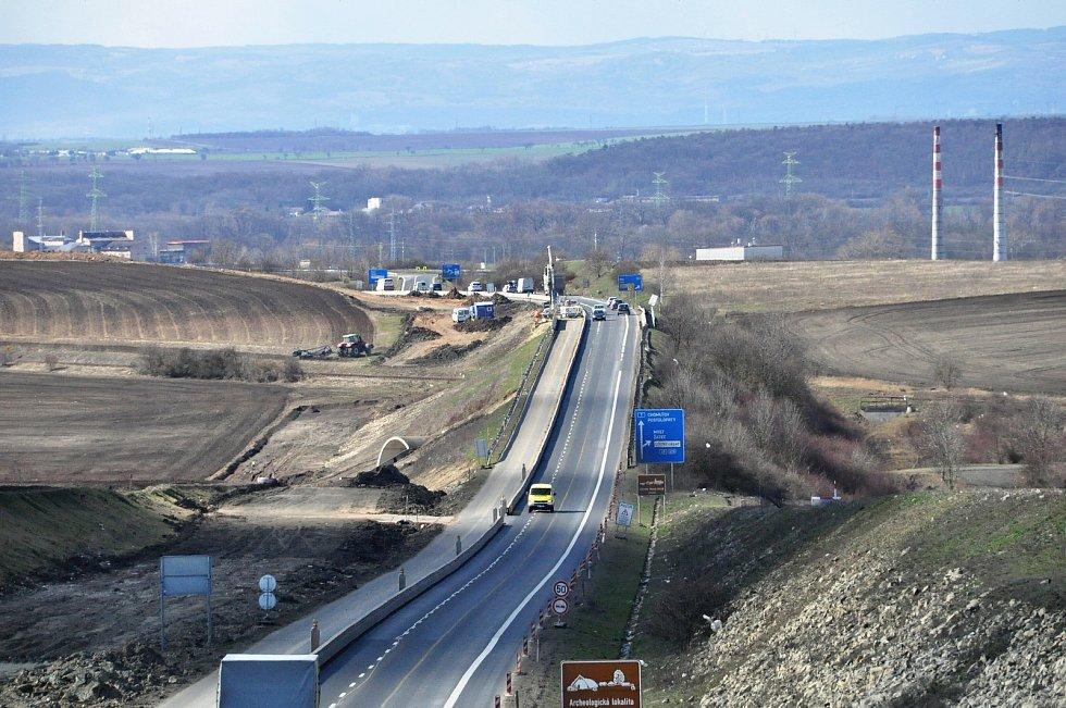 U Loun se i v sobotu pracovalo na výstavbě dálnice D7 Praha - Chomutov. Obchvat města se od loňska rozšiřuje na čtyři pruhy, v současné době se přistavují zbylé dva. Jakmile budou hotové, převede se na ně doprava a nynější silnice se zrekonstruuje. Křižov