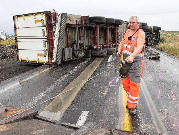 Kamion se na hlavní silnici nedaleko Bitozevse převrátil na bok a zatarasil oba pruhy.
