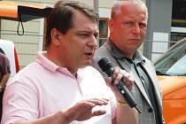 Jiří Paroubek hovoří na lounském Mírovém náměstí.