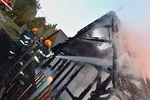 Plameny zničily chatu v Polácích u Nechranické přehrady