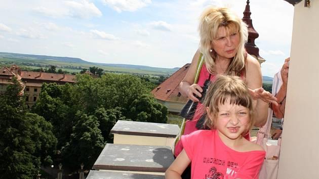 Kamila Chládková a její babička Eva Hlaváčová si prohlížejí krajinu z ochozu věže radnice v Postoloprtech.
