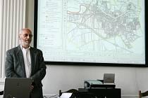 Antonín Olžbut ukazuje zájemcům připravovaný návrh nového územního plánu.