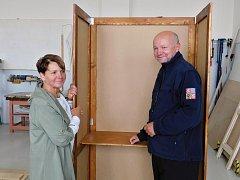 Starostka Žatce Zdeňka Hamousová a ředitel věznice Miroslav Špalek si prohlížejí nové zástěny.