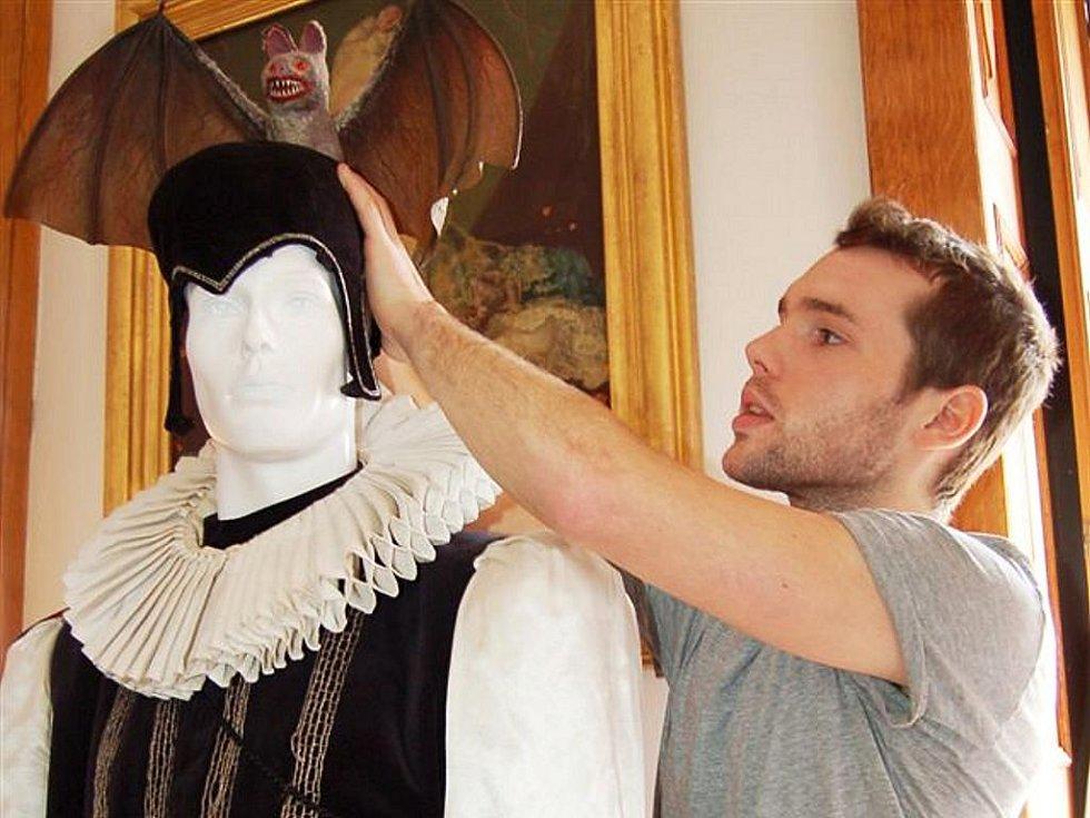 Kdopak nosil tento kostým, který upravuje výtvarník Jan Maroušek?