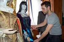 NEJTENČÍ BYLA XENIE. I útlá figurína je proti ní tělnatá, jak při instalacích znovu a znovu zjišťuje výtvarník Jan Maroušek.