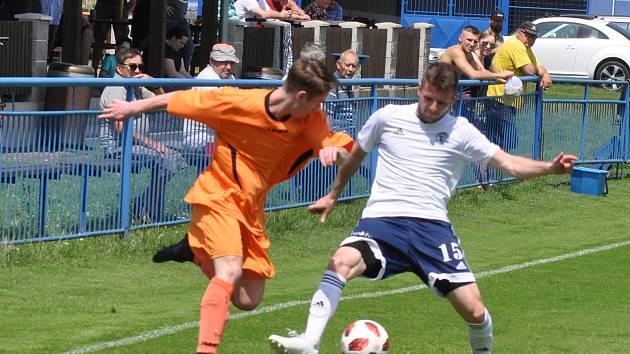 Fotbalisté Dobroměřic (v bílém) deklasovali svého soupeře a jdou za prvenstvím v Korona Cupu.