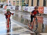 Závody European Handbike Circuit v Lounech. Několik statečných dětí se i přes déšť pustilo do veřejné jízdy