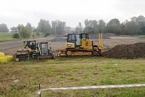 Stavební stroje nyní pracují na podloží nového hřiště, pod umělou trávou nebude chybět odvodnění.