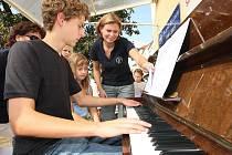 Mladík hraje na akci Štafetové klavihrátky, při které byl v Lounech v roce 2009 vytvořen rekord ve nepřetržitém hraní.