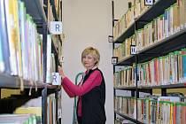 Knihovnice Marcela Vaňková při práci ve skladu starších knih, který je jinak pro veřejnost uzavřen. Na počátek října připravila žatecká knihovna bohatý program.
