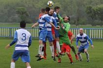 Fotbalisté Lenešic (v červeném)rozhodli o dvou bodech da tabulky až po penaltách.