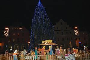 Rozsvícený stromek jako obvykle doplňuje betlém