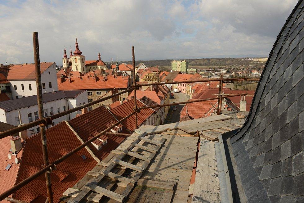 Rekonstrukce synagogy v Žatci pokročila. Už ji zdobí vitráže manželů Kantových z Lubence.