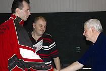 Aleš Brandtl ze Sokola Lenešice, hostující v SRN, (zcela vlevo) po loňské stříbrné medaili  se stal letos okresním přeborníkem ve dvouhře stolních tenistů a stříbro získal ve čtyřhře.