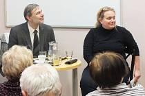 Jana Maříková Kubková a David Eben hovoří k návštěvníkům přednášky v lounské knihovně