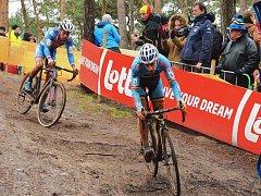 Závod mužů do 23 let na MS v cyklokrosu v Zolderu. Adam Ťoupalík v boji o medaile.