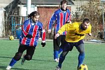 Zimní fotbalový turnaj v Lounech. Utkání domácích (ve žlutém) s Černčicemi
