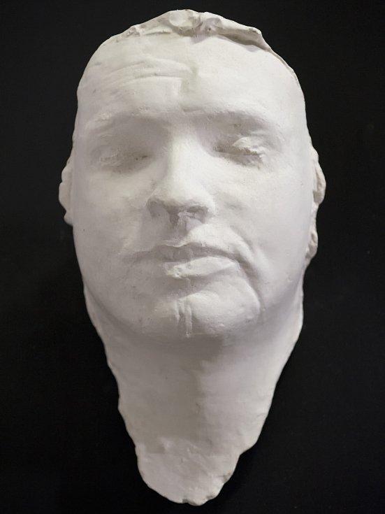 Posmrtnou masku Jana Palacha pro účely natáčení poskytl sochař Olbram Zoubek.
