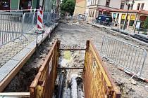 V Žatci pokračuje oprava části Nákladní ulice v centru města. Vyskytly se tam nyní problémy, musí se vyměnit ještě plynové potrubí.