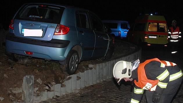 Nehoda osobního vozu na silnici I/27 na kruhovém objezdu u průmyslové zóny Triangle