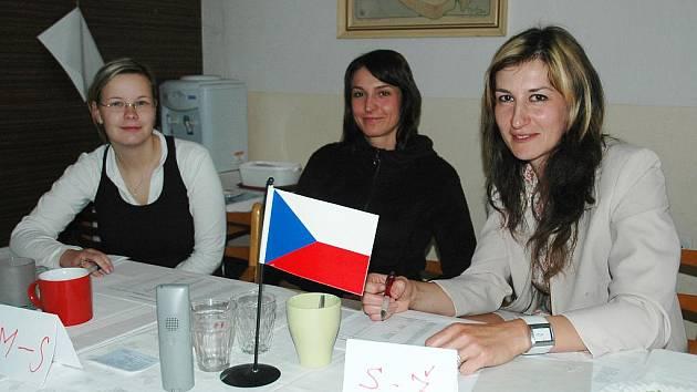 Soňa Slachová, Eliška Fajlová a Stanislava Tycová (zleva) usedly v sobotu ve volební komisi v Holedeči u Žatce, kde se konaly nové volby.