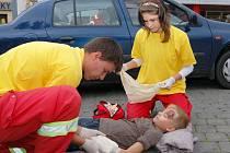 Petr Novák a Denisa Lehoučková, mladí záchranáři z Českého červeného kříže v Lounech, ošetřují figuranta Vojtěcha Štolfa v bezvědomí po dopravní nehodě, jejímž námětem byl střet auta s chodcem.