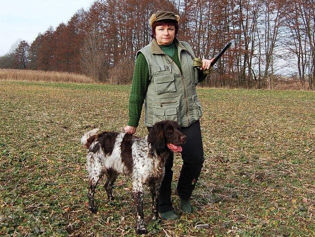 Hana Rohanová chválí svého psa.