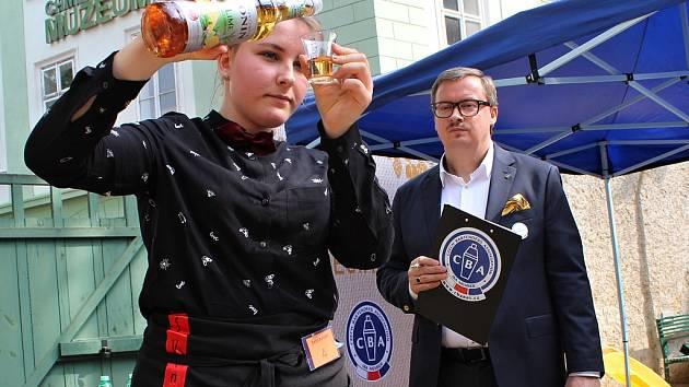 Mladí barmani z celé republiky se sjeli do Žatce na soutěž s názvem Žatecký cup.