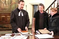 V evangelickém kostele v Žatci připravovali v neděli poselství pro budoucí generace. Na snímku farář Tomáš Pavelka, kurátor církve Ivo Valášek a starostka Zdeňka Hamousová.