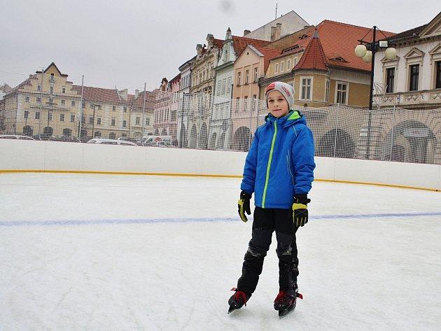 Mezi prvními si letošní bruslení na náměstí Svobody v Žatci vyzkoušel Kamil Mráček