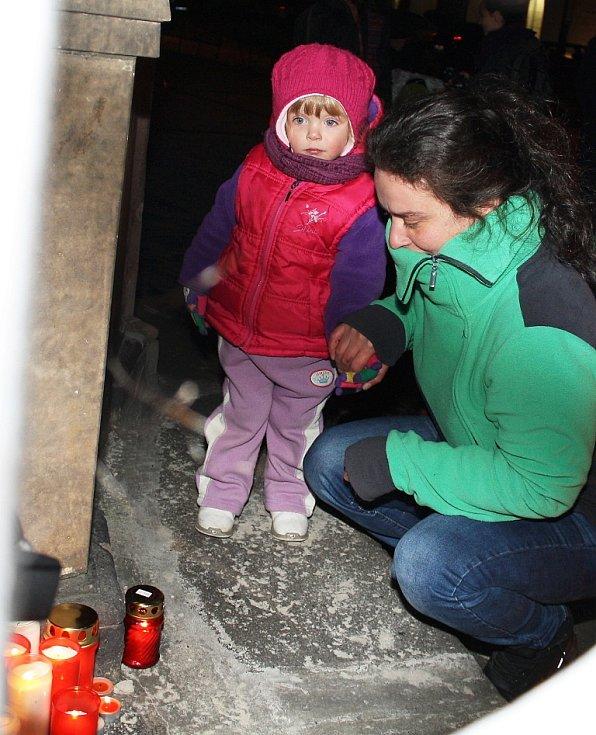 Desítky lidí přišly zapálit svíčku také na náměstí Svobody v Žatci.
