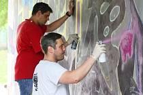 Mladí lidé vyzdobují podchod v lounské Spojovací ulici