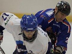 Utkání Ostrova (v modrém) proti Slovanu Louny