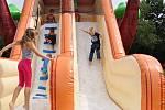 Rozloučení s dvouměsíčním volnem školáků na lounském koupališti.